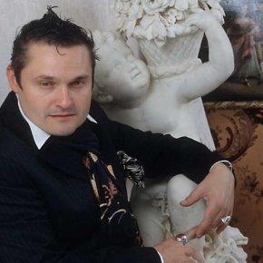 Александр Васильев в своей студии интерьеров.