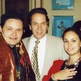 С бизнесменом Владимиром Рэном и его племянницей Наталией Строцци, во время вернисажа эскизов Александра Васильева в русском культурном центре в Париже, 2000 г.